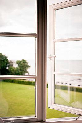 Geöffnetes Fenster - p795m919292 von Janklein