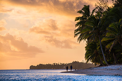 Walking along a tropical beach at sunset, Rarotonga, Cook Islands, South Pacific, Pacific - p871m1106156f by Matthew Williams-Ellis