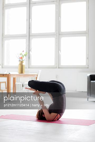Yogapose - p1212m1123414 von harry + lidy