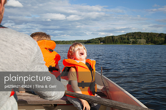 plainpicture - plainpicture p429m2145624 - Adult sailing with excited ... - DEEPOL by plainpicture/Tiina & Geir