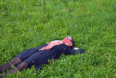Masked woman in the grass - p1356m2205995 by Markus Rauchenwald