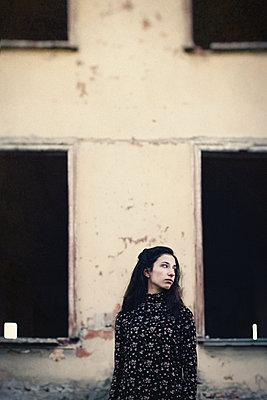 Mädchen bei einer Ruine - p1432m2148298 von Svetlana Bekyarova