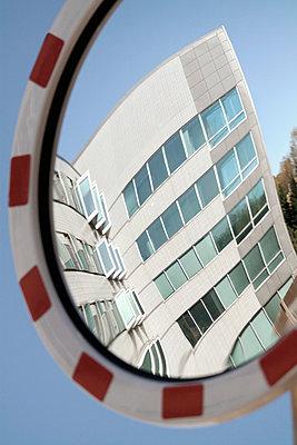 Spiegel - p322m658976 von plainpicture
