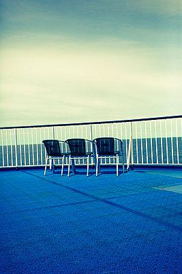 Stühle auf Deck - p432m911910 von mia takahara