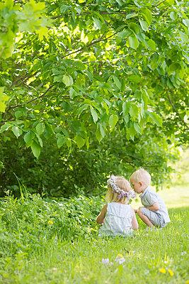 boy and girl in a field - p1323m1575265 von Sarah Toure