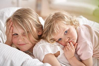 Schwestern liegen auf Bett - p1348m1496943 von HANDKE + NEU