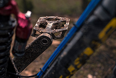 Germany, Lower Saxony, Deister, Mountainbike after Freeride in forest, dirty bicycle pedal - p300m982220f by Martin Bühler