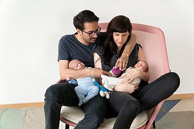 Familie mit Neugeborenen - p402m1201012 von Ramesh Amruth