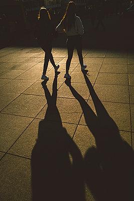 Freundinne unterwegs am Alexanderplatz - p432m2158854 von mia takahara