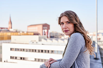 Porträt einer Frau mit langen Haaren - p890m1439996 von Mielek