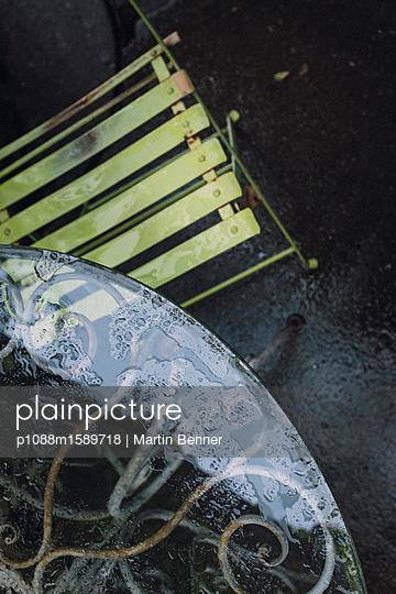Glastisch im Regen - p1088m1589718 von Martin Benner