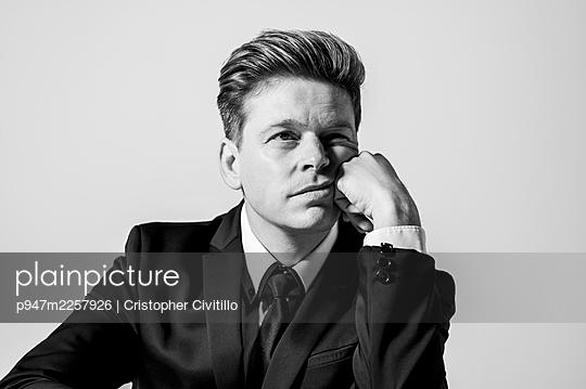 Clueless businessman, portrait - p947m2257926 by Cristopher Civitillo