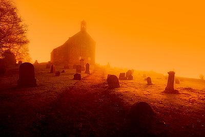 United Kingdom, Scotland, Fife, graveyard, conceptual apocalyptic - p300m2081295 von Scott Masterton