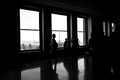 Menschen im Hochhaus - p946m694729 von Maren Becker