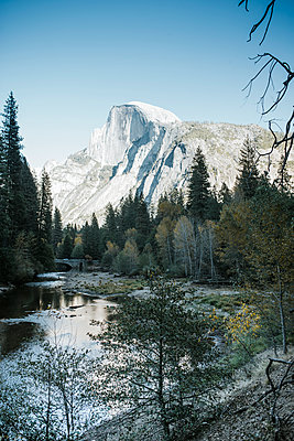 Scenic view of lake against mountains at Yosemite National Park - p1166m1543316 by Cavan Social