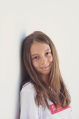 portrait of a young girl - p1323m2019961 von Sarah Toure