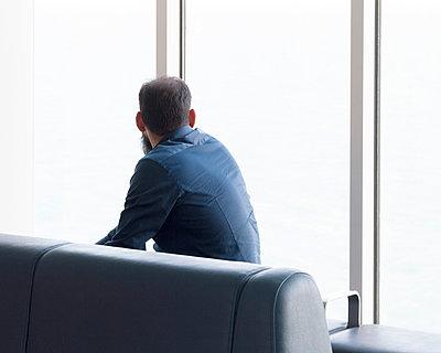 Mann schaut aus dem Fenster - p1409m1466052 von margaret dearing