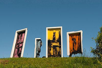 Türen auf der Wiese - p470m1090544 von Ingrid Michel