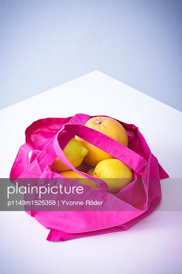 Einkaufstasche mit Obst - p1149m1525359 von Yvonne Röder