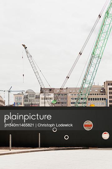 Construction site in Düsseldorf - p1340m1465821 by Christoph Lodewick
