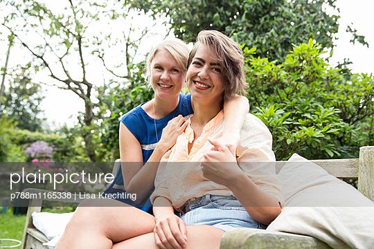 Porträt zweier Frauen auf der Gartenbank - p788m1165338 von Lisa Krechting