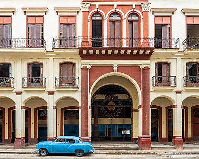 old Havana facade - p1691m2288578 by Roberto Berdini Bokeh