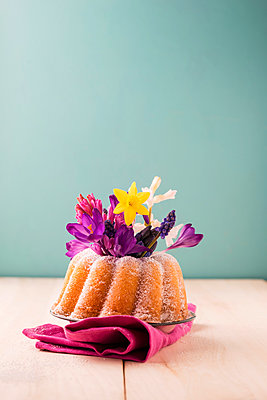 Ring cake with different spring flowers - p300m1140946 by Mandy Reschke