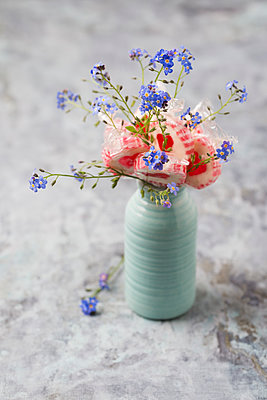 Forget-me-not and heart-shaped lollipops in a vase - p300m1460455 by Mandy Reschke