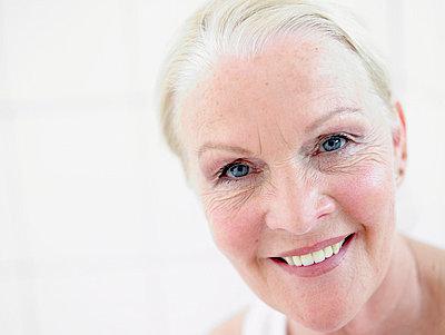 Portrait einer aelteren Frau  - p6430367f von senior images RF