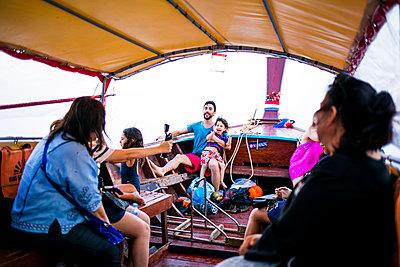 Vater mit Sohn auf dem Boot - p680m1515270 von Stella Mai