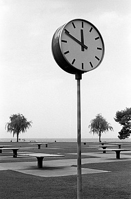 Clock and ping-pong table - p8700011 by Gilles Rigoulet
