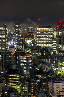 Downtown city buildings at night, Tokyo, Japan, Asia - p871m1499955 by Gavin Hellier