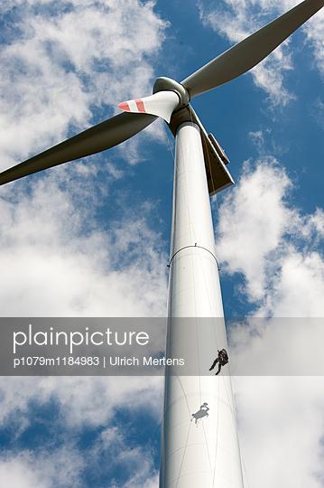 Kletterer am Windrad - p1079m1184983 von Ulrich Mertens