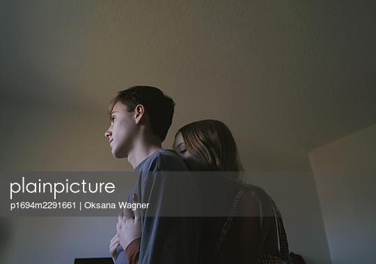 Verliebtes junges Paar - p1694m2291661 von Oksana Wagner