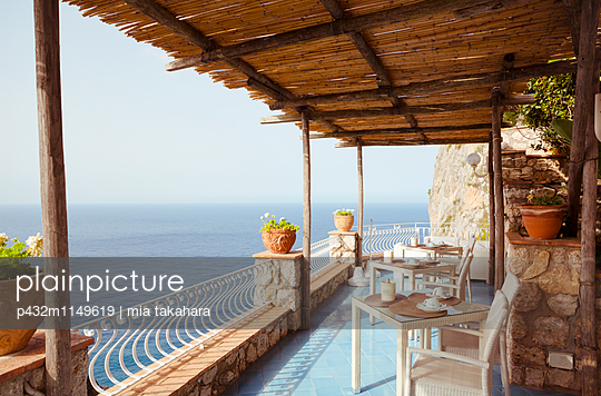 Terrasse mit Ausblick auf Capri - p432m1149619 von mia takahara