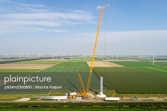 Nederland, Almere, Aerial view of wind farm under construction - p924m2300850 by Mischa Keijser