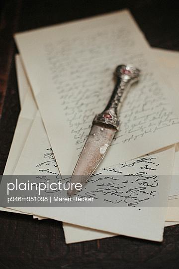 Dolch auf einem Stapel alter Briefe - p946m951098 von Maren Becker