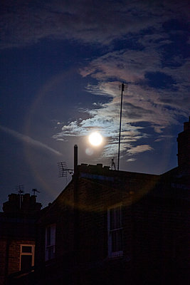Moonlight over victorian terraced house - p1248m2179119 by miguel sobreira