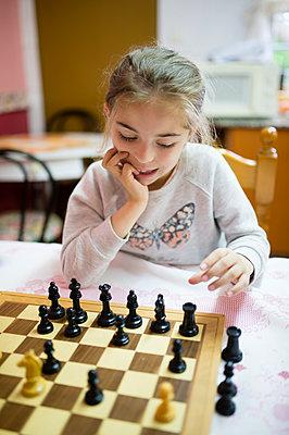 Little girl playing chess - p300m1154003 by Ramon Espelt