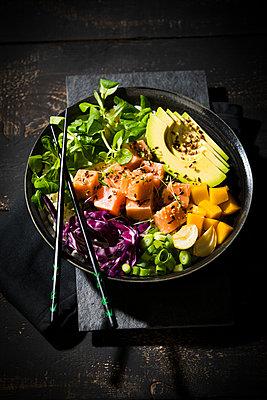 Poke Bowl - Reis, roher Lachs, Avocado, Mango, Feldsalat, Knoblauch, Lauchzwiebel, geröstete Schalotten, Blaukraut, Kresse, Sesam - p300m2144419 von Roman Märzinger