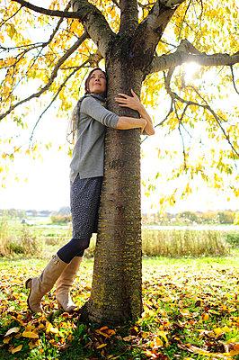 Portrait of women tree hugging - p300m2154727 by Eyecatcher.pro