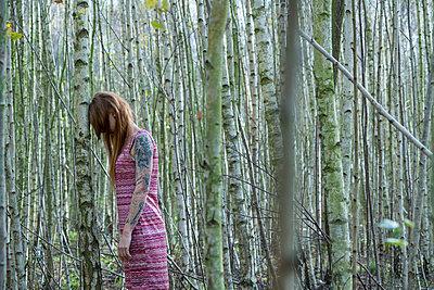 Rothaarige Frau im Birkenwald - p427m1538084 von R. Mohr