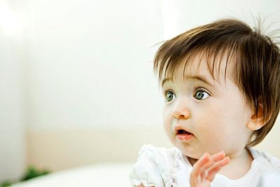 Baby girl with startled expression, portrait - p62319842f by Ale Ventura