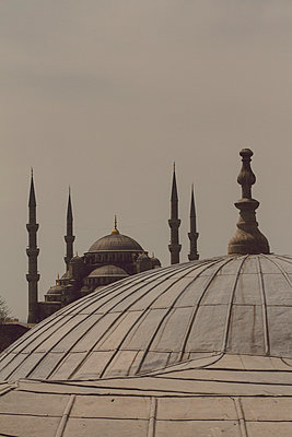 View on Sultan Ahmed Camii (blue Mosque) from Hagia Sophia - p798m1025701 by Florian Löbermann