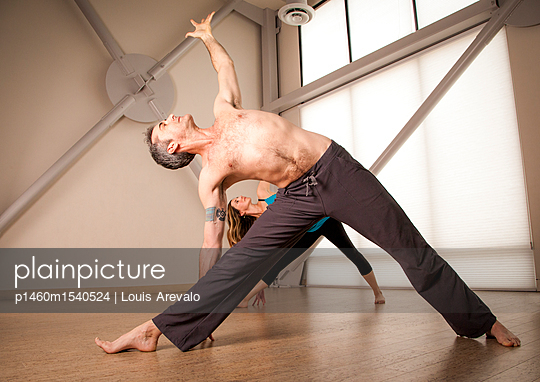 plainpicture | Photo library for authentic images - plainpicture p1460m1540524 - Man and woman practicing yoga - plainpicture/Tandem Stills + Motion/Louis Arevalo