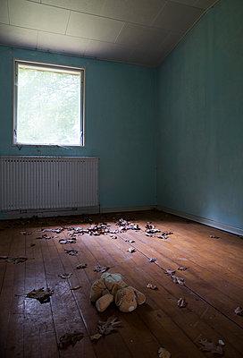 Stuffed animal in deserted house - p1231m2013524 by Iris Loonen