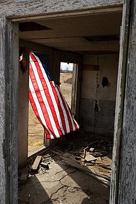 US-Fahne in einer Ruine - p1262m1215960 von Maryanne Gobble