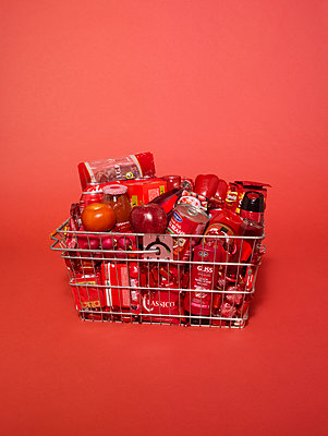 Shopping basket bathed in red light - p1462m1538380 by Massimo Giovannini