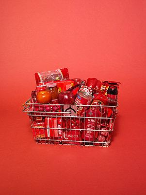 Warenkorb in rotem Licht - p1462m1538380 von Massimo Giovannini