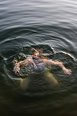 Kopf unter Wasser - p1506m2027310 von Florian Thoss